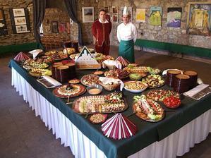 ani nápad na Trenčianskom hrade neuspel...všetko jedlo, stoly a i. by sme tam museli pracne doniesť, doviezť