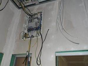 nedokonceny svetelny rozvadzac, zatial len 3stmievace a dva istice, aby sa dalo fungovat v zimnom case :-p