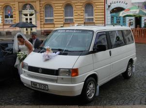 svatební kočár před radnicí a prší !