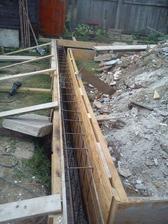 Debnenie základových pásov terasy a pätky stĺpu