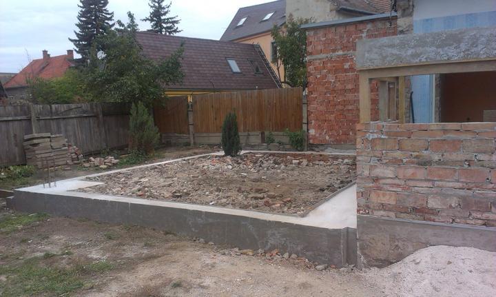 Veľká prestavba :) - Zabetónované základy terasy.