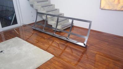 Konštrukcia gauča nastriekaná a osadená.