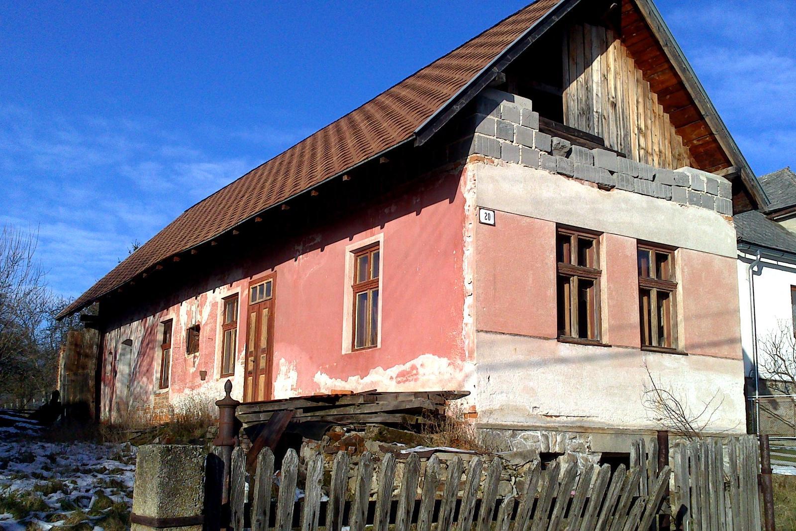 Rekonštrukcia domčeka z roku 1937 - Niekedy okolo roku 2005 bol na dome vymenený pôvodný - zborený - krov. Položená bola aj nová strešná krytina. Z kvality novej strechy a z asfaltového šindľa sme nadšení neboli. Múry z pálenej tehly však boli zdravé a suché
