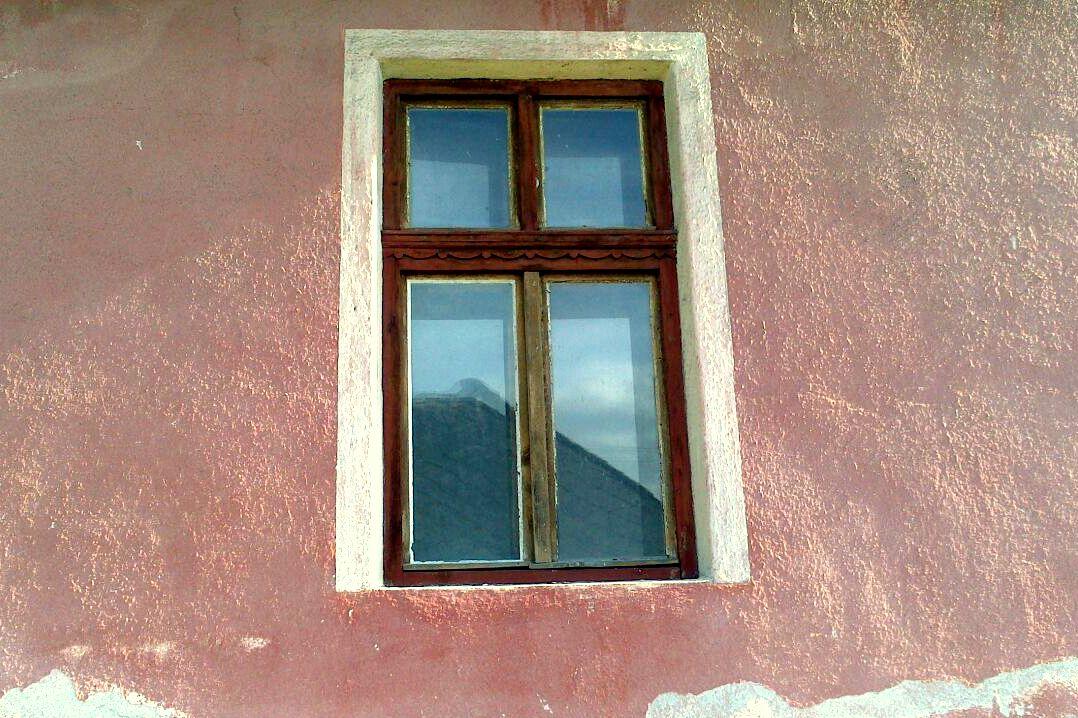 Rekonštrukcia domčeka z roku 1937 - Pôvodné okná boli tzv. kastlíkové. Duplované. A v duchu originálnej medzivojnovej architektúry