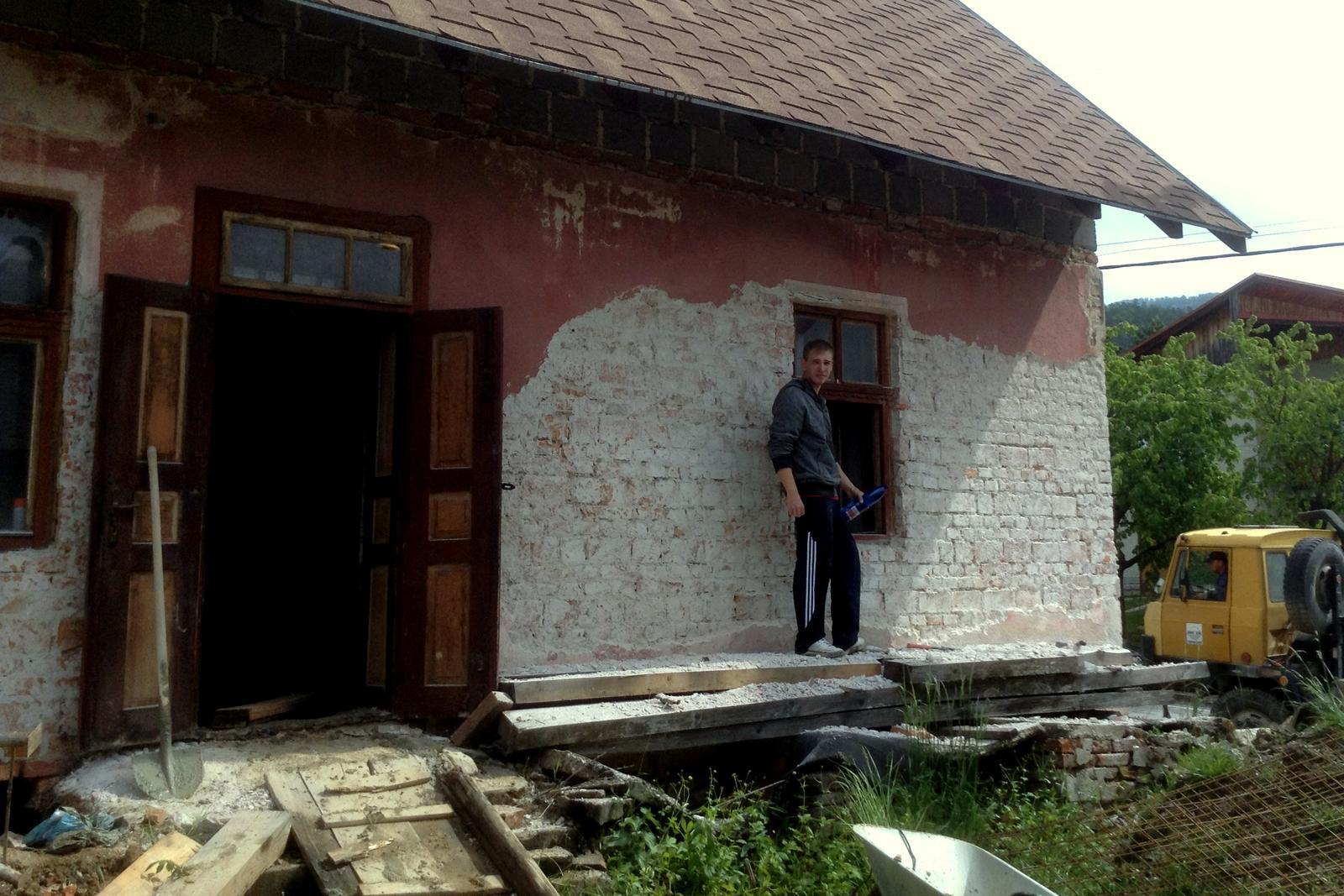 Rekonštrukcia domčeka z roku 1937 - V apríli 2014 sme začali otĺkať steny a vykopávať a vyvážať podlahy a zeminu spod nich (až do hĺbky 40 cm). Toto sme robili svojpomocne - pomáhali najmä rodinní príslušníci.