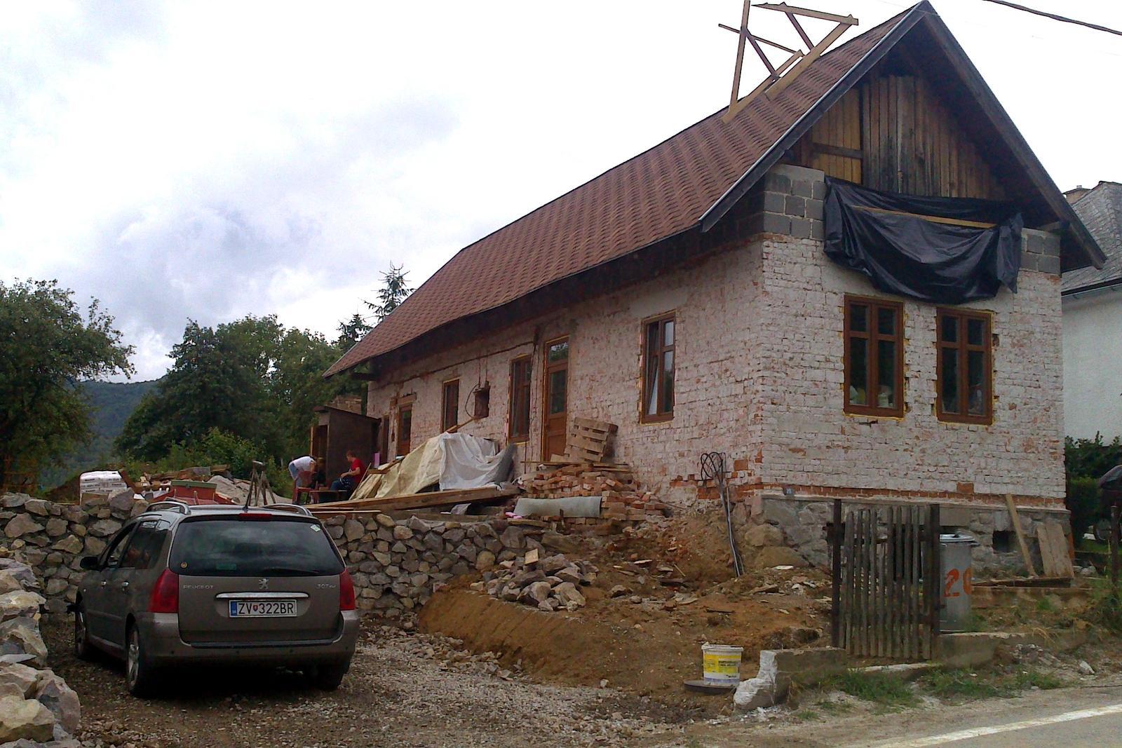 Rekonštrukcia domčeka z roku 1937 - Jún / júl 2014 - vnútri sú už vyliate betóny, posunuté niektoré priečky, natiahnuté omietky. Oporný kamenný múr rastie