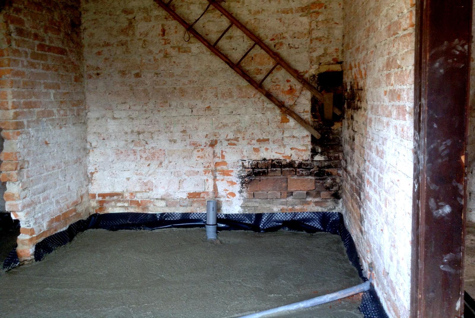 Rekonštrukcia domčeka z roku 1937 - Tu bola pôvodne kuchyňa, do ktorej sa vchádzalo hlavnými dverami rovno zo dvora. Vpredu bude predsienka. Vľavo vzadu bude špajza. Kde trčí rúra, bude wecko, kde bola pec, bude sprcha a umývadlo. Ešte treba vybúrať 2 vetracie okienka na zadnej stene