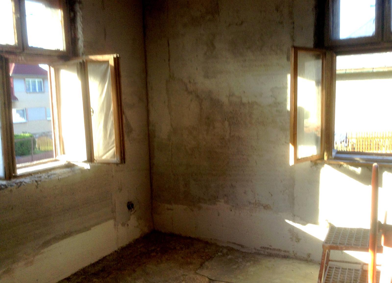 Rekonštrukcia domčeka z roku 1937 - Polovica júna 2014. Okná sú ešte staré - ale omietky už nové. Naťahovali sa na viackrát (niekde je hrúbka omietky až 10 cm). Do výšky 30 - 50 cm sme dávali špeciálnu sanačnú omietku (biela farba). V zadných izbách až do výšky 1 m