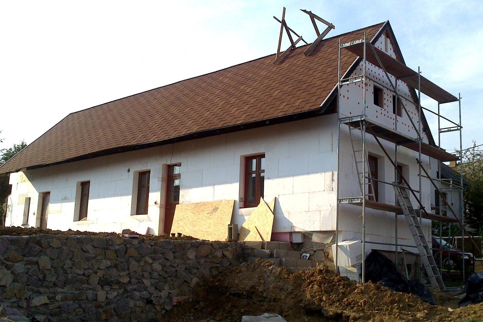 Rekonštrukcia domčeka z roku 1937 - August 2014 - interiéry sú prakticky hotové, múr takisto, zateplenie domu postupuje.