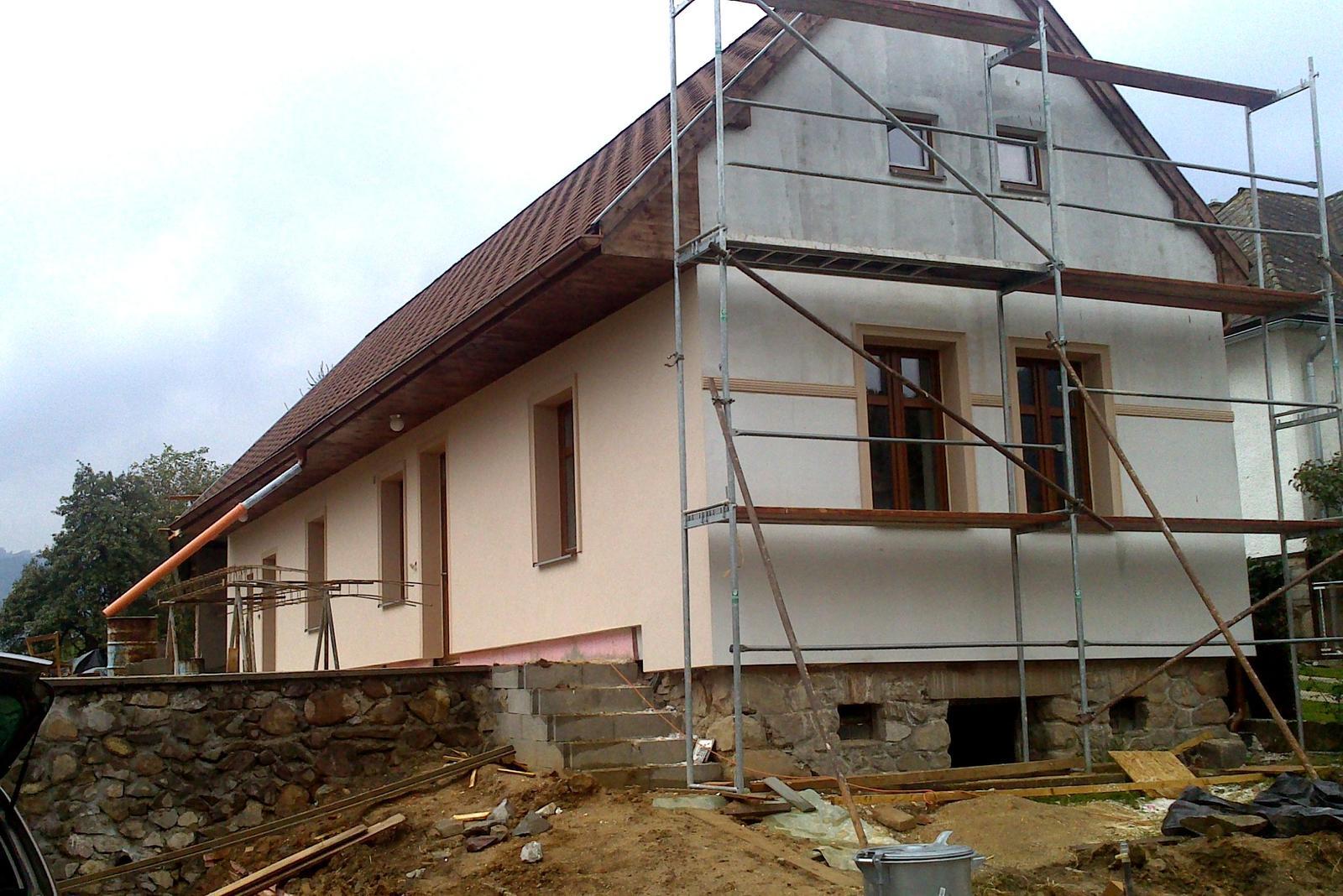 Rekonštrukcia domčeka z roku 1937 - Zatepľovací systém je Baumit Open (polystyrén s tými dierkami) o hrúbke 18 cm, omietky sme dávali s nízkym difúznym odporom - pre istotu (starý dom).