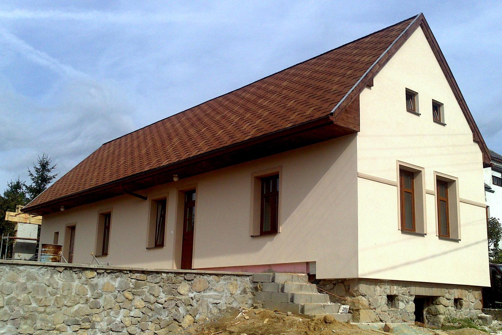 Rekonštrukcia domčeka z roku 1937 - Začiatok septembra 2014 - interiér už funguje, fasáda až na sokel hotová. Dostavuje sa ešte malé humno vzadu, ktoré pred 12 rokmi spadlo spolu so strechou domu