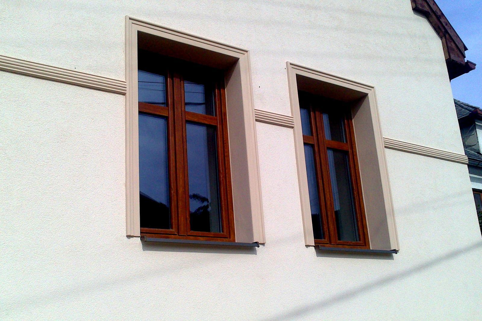 Rekonštrukcia domčeka z roku 1937 - Okolo okien sme dali inakšie šambrány, než mala pôvodná fasáda. Farbu fasády sme prispôsobovali odtieňu asfaltového šindľa, ktorý bol kýmsi položený o 9 rokov skôr. Ale niektoré staré (zatiaľ neopravené) domy v dedine majú šambrány na takýto spôsob