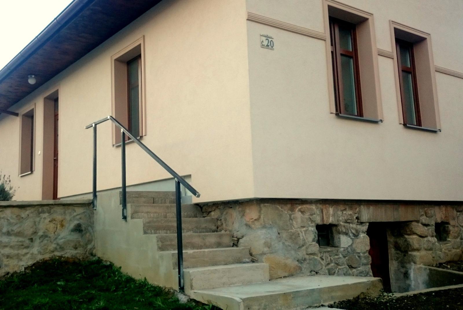 Rekonštrukcia domčeka z roku 1937 - 2015 - prišlo aj na zábradlie, aby nám niekto nespadol zo schodov. Štýlové keramické číslo domu sme si doniesli z Prahy - pod Karlovým mostom bol trh starých remesiel