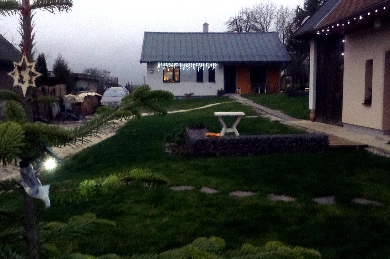Rekonštrukcia domčeka z roku 1937 - December 2015. Zvianocieva sa. V pozadí novostavba nízkoenergetického bungalovu, skolaudovaná 7.7.2015. Tam od júla (2015) bývame. V starom domčeku ubytovávame rodinných príslušníkov a návštevy