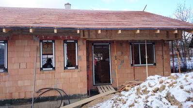 PREDNÝ: 28. december 2014. Zakryť sme nestihli, strešná fólia však zachytila prvý sniežik. Pribudli okná a vchodové dvere