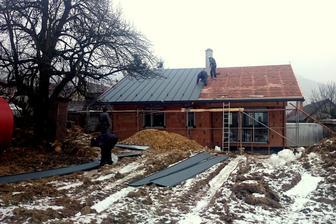 ZADNÝ:  30.december 2014 - polovica strechy od západu je už položená