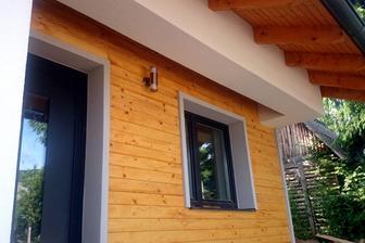 """PREDNÝ: V zmysle """"priateľstva s prírodou"""" akcentujeme na častiach fasády drevo..."""