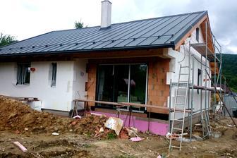 ZADNÝ: Apríl 2015. Terasy mali mať pôvodne betónový základ. Našťastie pred zimou sa to nestihlo...