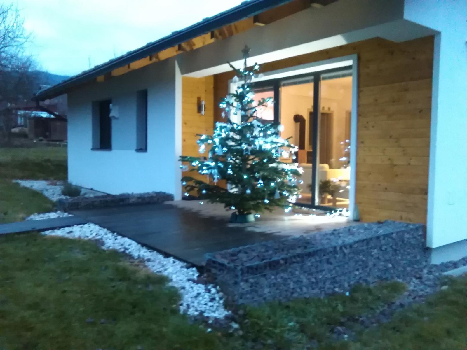 NÍZKOENERGETICKÝ a napriek tomu je v ňom VEĽA pozitívnej ENERGIE - ZADNÝ: December 2015 - náš 1. vianočný strom v novom dome. Už iba čakáme na sneh