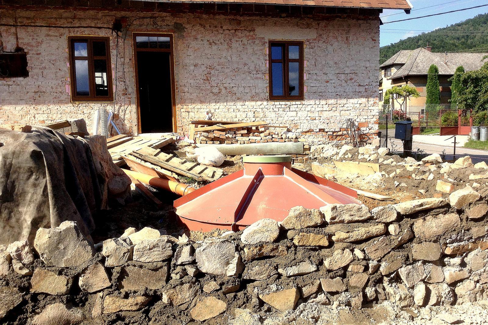 Rekonštrukcia domčeka z roku 1937 - Žumpa osadená. A namontované sú aj nové okná v pasívnom štandarde