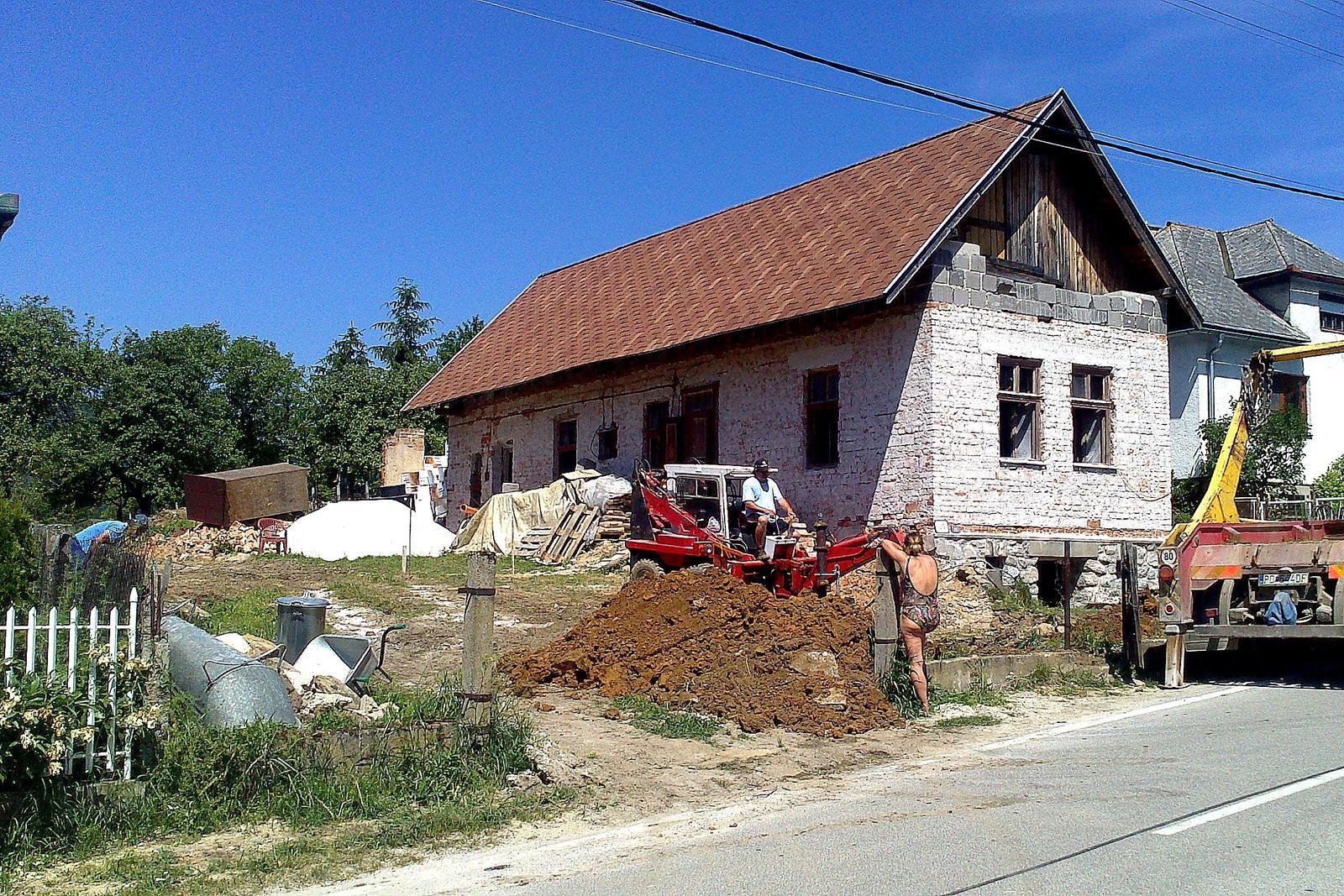 Rekonštrukcia domčeka z roku 1937 - Jún 2014 - potiahli sme elektrinu (cca 40 m) z najbližšieho stĺpa, zakopali vodomernú šachtu vedľa pôvodnej vodovodnej  prípojky  a začali kopať miesto pre budúce parkovisko