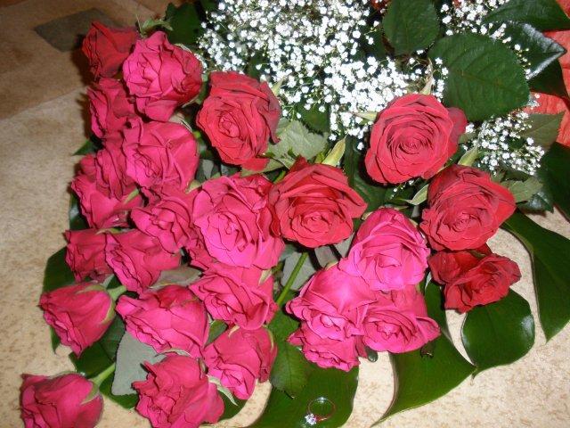 Peťka a Ľubko... - prišiel s krásnou kyticou 25 ruží