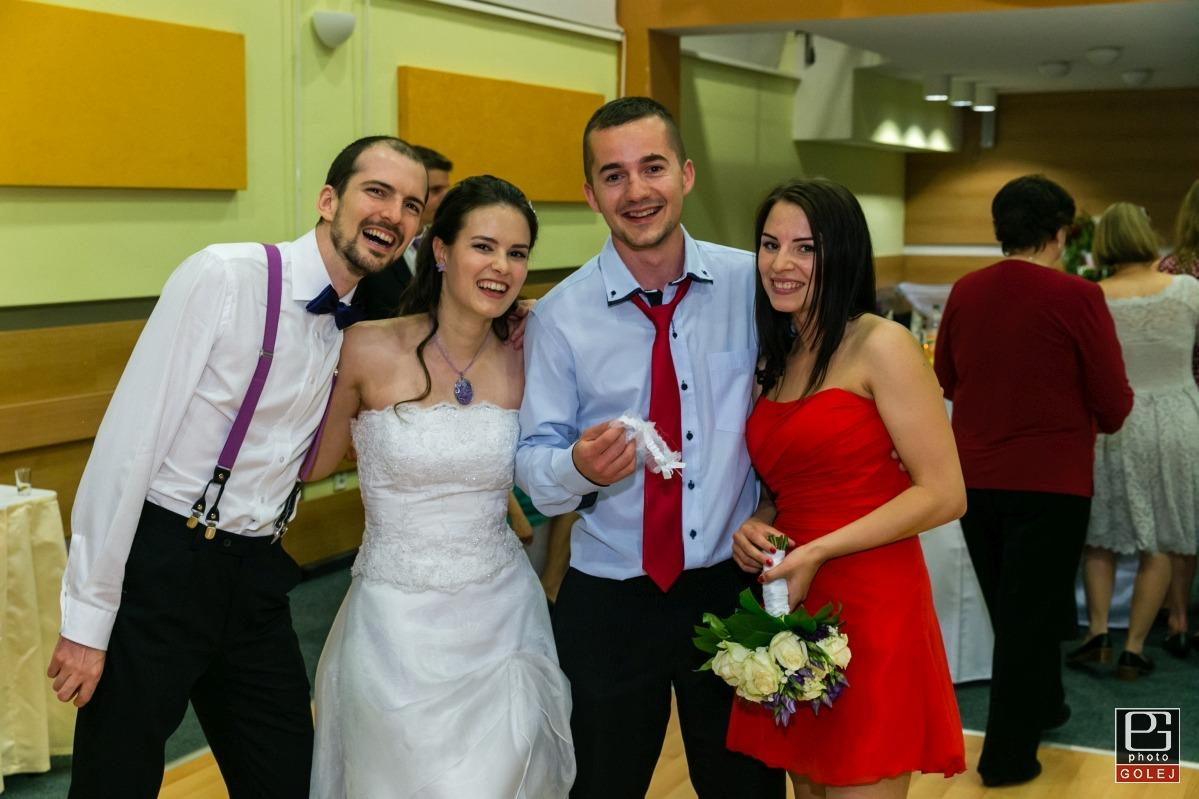 """Jasné znamenie :) Na nádhernej svadbe našich kamarátov si môj priateľ chytil podväzok a ja som si chytila kyticu :) Tesne po svadbe pri stretnutí s dotyčnými kamarátmi mal  mladomanžel chvíľku zamyslenia, na ktoré sa ho pýtam: """"Nad čím premýšľaš?"""". On mi suverénnou odpoveďou vraví: """"Pozeral som dátumy vašej svadby. Ktoré je tvoje obľúbené číslo?"""" :D A ja na to: """"27"""". S hlbokým nádychom vraví: """"27. máj 2016 je piatok, ale 27. máj 2017 je sobota"""", následoval hromadný smiech :D To som ale ešte netušila, ani nikto z mojich známych, čo bude následovať.   Totižto 27. mája 2015 sme išli prebrať kľúče od nášho bytu. Bol to prvý deň, kedy sme mali už svoj vlastný domov. Začali sme prezerať byt, či si v ňom náhodou pôvodní majitelia niečo nezabudli. Môj drahý ma poslal skontrolovať kúpelňu a mne to prišlo absurdné, pretože som ju už kontrolovala. Stále naliehal, dokonca sme sa skoro povadili a zrazu v tej skrinke nad umývadlom niečo naozaj bolo. Tak som vzala tú malú krabičku do ruky a vravím: """"Áno, naozaj si tu niečo zabudli..."""" a zrazu zásek - uvedomila som si to a otvorila som tú krabičku. Bol v nej, prsteň - symbol toho, že chce so mnou prežiť život. On si kľakol a povedal mi: """"Chceš byť so mnou už navždy?"""" Rozplakala som sa a pobozkala som ho so slovami: """"áno, ÁNO!""""  A tak sme zvolili dátum 27. máj 2017  <3 - Obrázok č. 3"""