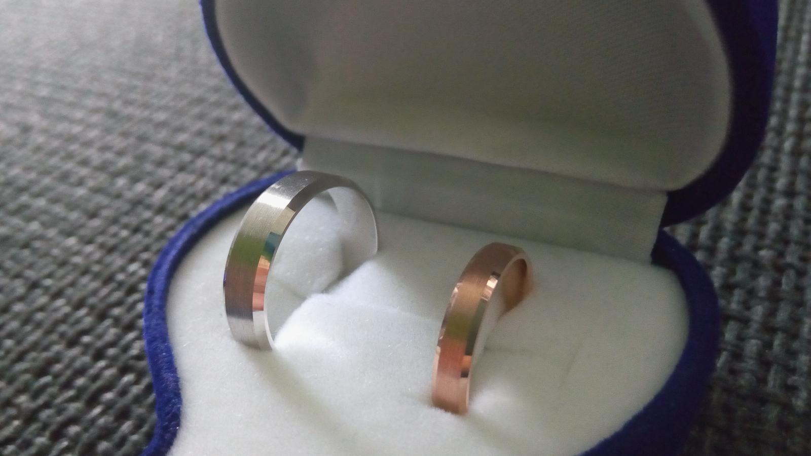 """Už sú doma 😊 Sú krajšie ako sme si predstavovali. I keď nenosíme prstene, tieto asi nosiť budeme ;) Gravírovať sme pôvodne nepotrebovali. Ale keď prstienky prišli, písala som drahému a on mi odpísal: """"Pozri sa dovnútra"""". Drobnosť, ktorá dojala 💛 - Obrázok č. 1"""