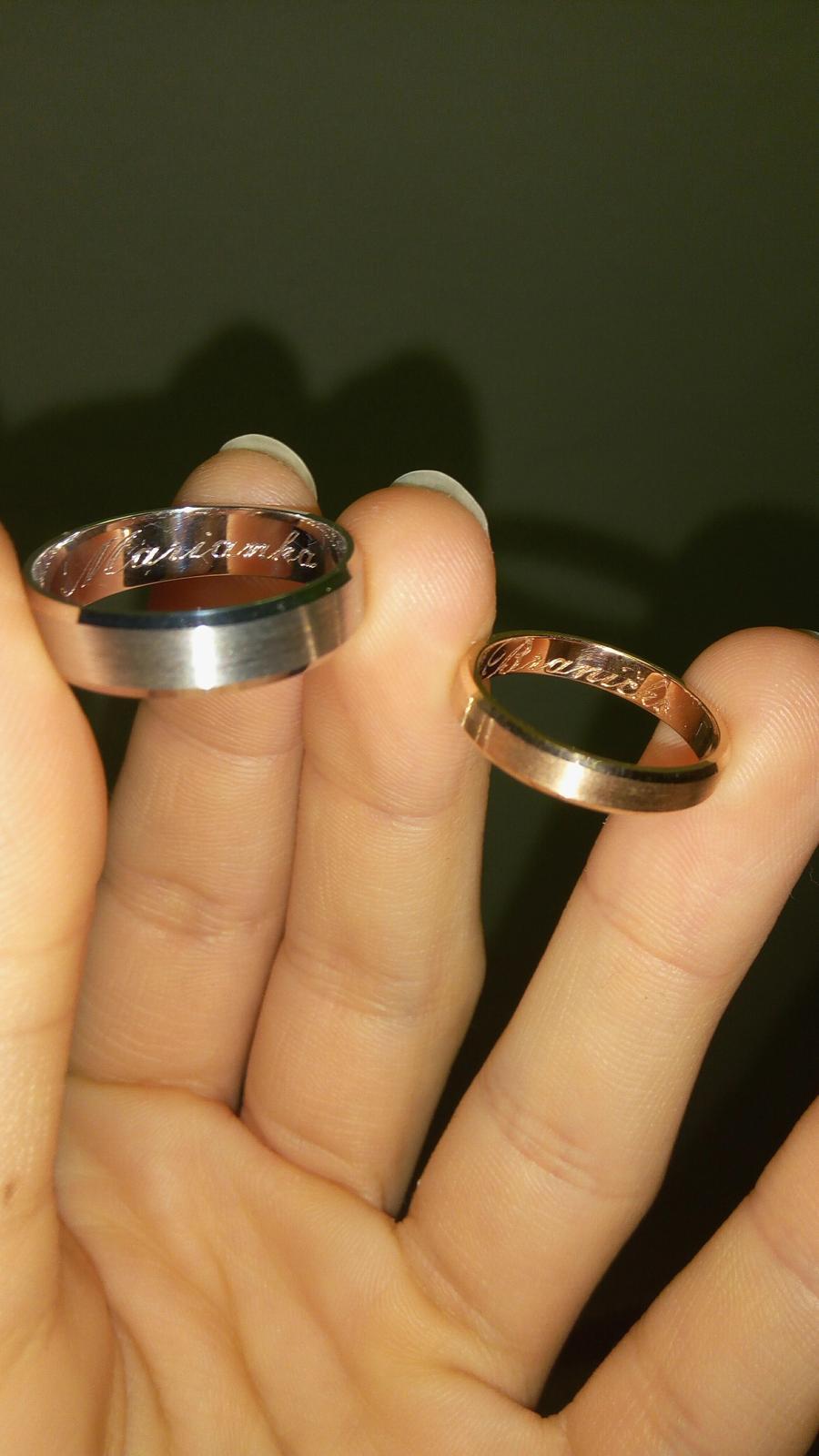 """Už sú doma 😊 Sú krajšie ako sme si predstavovali. I keď nenosíme prstene, tieto asi nosiť budeme ;) Gravírovať sme pôvodne nepotrebovali. Ale keď prstienky prišli, písala som drahému a on mi odpísal: """"Pozri sa dovnútra"""". Drobnosť, ktorá dojala 💛 - Obrázok č. 2"""