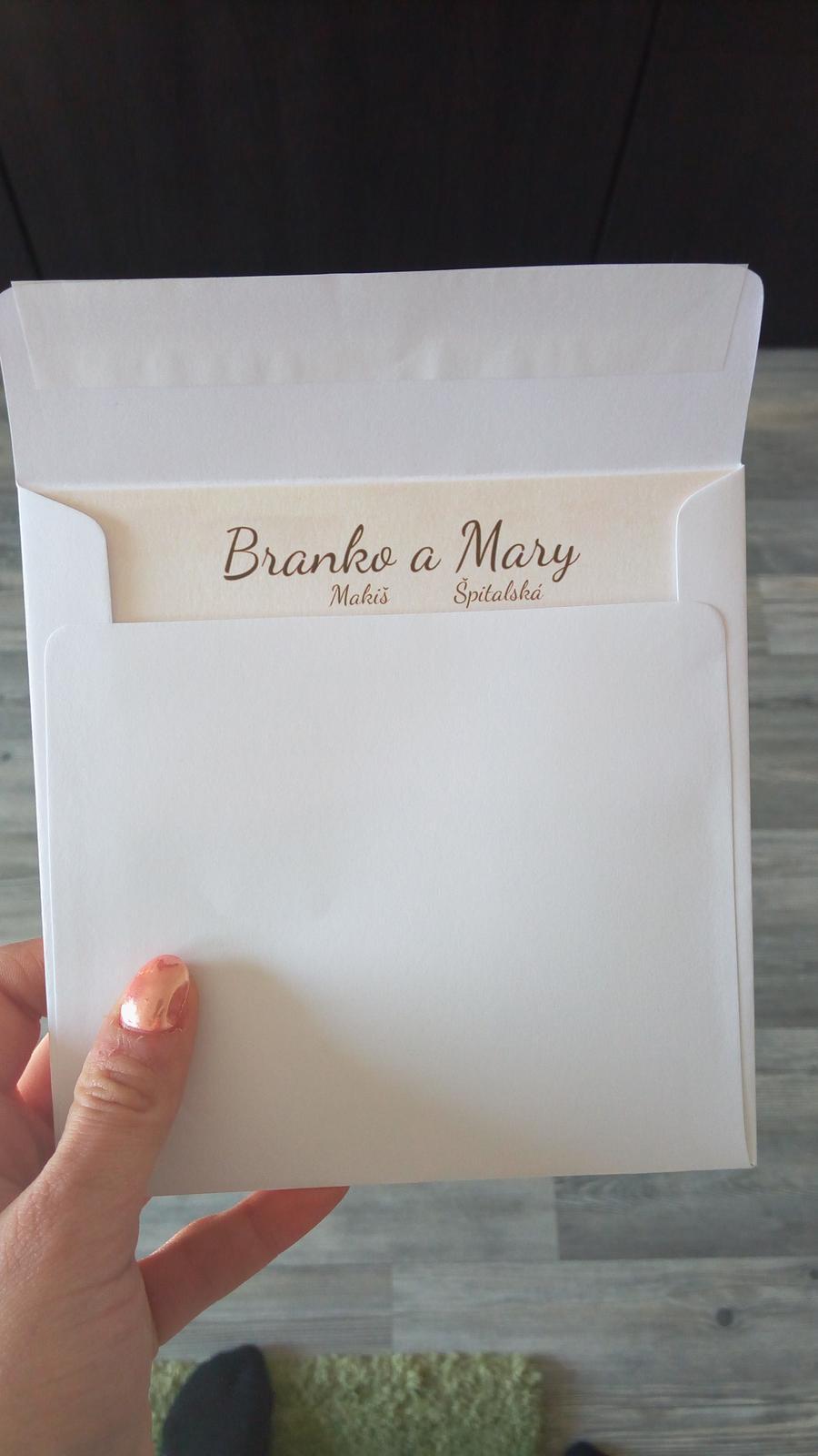 """Dnes trošku prplačka, ale stále radosť 👌👍 Balenie oznámení do obálok. Som veľmi šťastná, že to vyšlo náhodne tak, že keď naši blízki otvoria obálku, rovno uvidia naše mená 😊  Pozvánky sme vyrobili vo photoshope, čo nás nič nestálo. Dali sme ich tlačiť vo photoshope, kde sme si vybrali naozaj veľmi pekný tip papiera s názvom """"matalic"""", ktorý sa tam nachádza v rôznych odtieňoch. Papier nás stál 0,24 € za 1 kus (balenie vychádza na kus menej). 0,42 € stojí farebná tlač na jeden papier (2 oznámenia sa zmestili na 1 papier). Potom si prirátavajú niečo za rezanie a obslužnú prácu (niečo do 1 €). Takže suma sumárum nás oznámenia vyšli 0,36 € za kus.  Malé kartičky, ktoré sa dávajú k oznámeniu 2 typov (pozvanie k svadobnému stolu + pozvanie na oslavu po 21:00) boli menších rozmerov a vyšlo ich na papier viac (8 kusov na 1 papier).  Na kúpu obálok rozhodne odporúčam stránku www.topenvelopes.eu 👌 Môžete si na tej stránke objednať obálky presne na kus a môžem povedať, že majú rozhodne najlepšie ceny. - Obrázok č. 1"""
