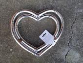 Nepoužitá dekorace ve tvaru srdce na auto,
