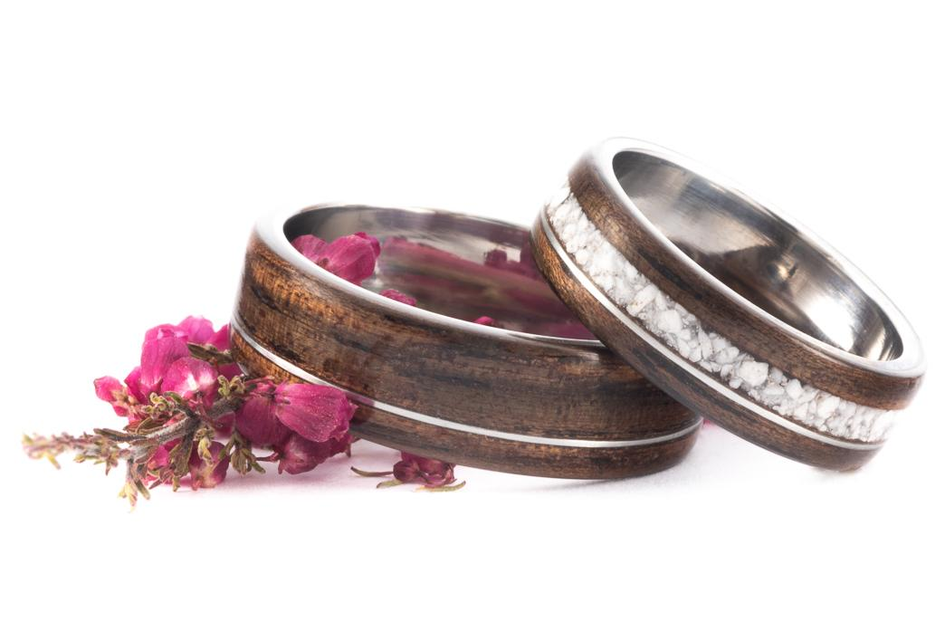 Netradiční snubní prstýnky - Ocelové prstýnky z ebenem makassar a howlitem