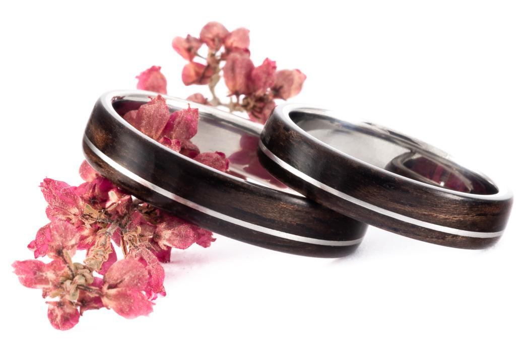 Netradiční snubní prstýnky - Ocelové prstýnky z ebenem makassar