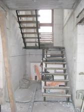 budouci schody s provizornimi naslapy, skoro skoda tu delat komoru. Ted je tu hodne svetla :-)