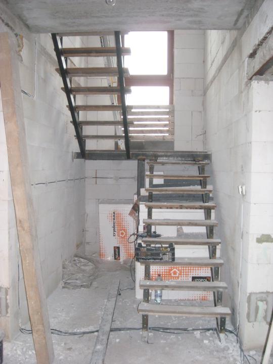 Skutecnosti :-) - budouci schody s provizornimi naslapy, skoro skoda tu delat komoru. Ted je tu hodne svetla :-)