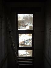 okno nad schody