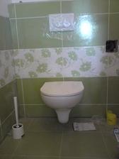 skoro hotovo, jeste chybi dosparovani spodku, ale wc je uz v provozu... B-)