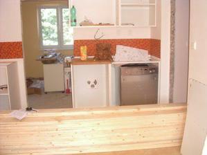 složené podlahové dřevo, linka ještě bez dvířek a pracovní desky