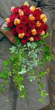 ve variantě s bílými růžemi a oranžovými tulipány bez břečťanu by mohla vypadat moc hezky..