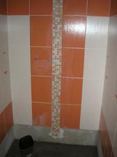 Zatím nedodělaný sprcháč, vaničku nechceme, tak je to vyzděné a vyzrává to...na podlaze bude stejná mozaika, jako je pruh na stěně