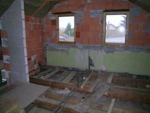 budoucí koupelna a kuchyň na podkroví