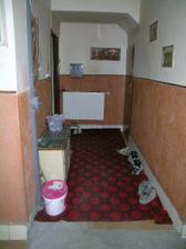 Takto to vypadalo před probouráním mezi chodbou a obývákem, foceno akorát z druhé strany.Tam kde stojím a fotím, jsou po pravé straně dveře na podkroví a na levo dveře vchodové