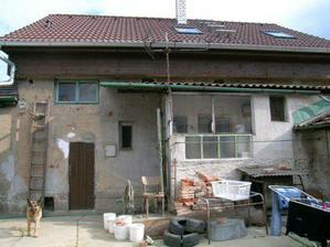 A to už je dům ze zadu a bude se bourat ta proskelná verandička a jak je to okýnko na pravo -původní koupelna