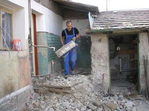demolice a jako po výbuchu