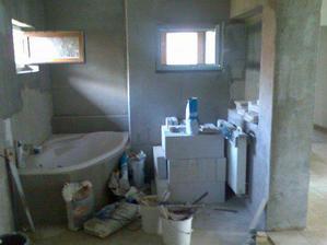budoucí dolní koupelna a pohled na jednu stranu, kde je vana...