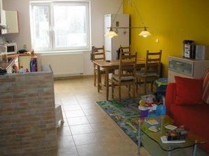 jídelní stůl a lednice