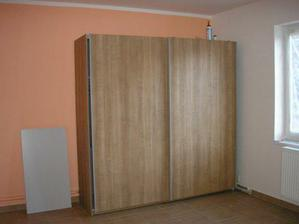 skříň v ložnici a malba..