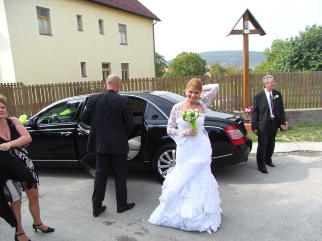 Jana Kukučová{{_AND_}}Marián Habáň - pred kostolom