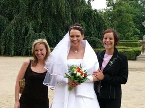 Moje dvě kamarádky úžasná Naďulka - vdávala se 3.6.2006 a Simča - vdávala se týden přede mnou
