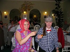 A nakonec - třešnička na dortu - začepení nevěsty - jejda vypadali jsme jako houmlesáčci.